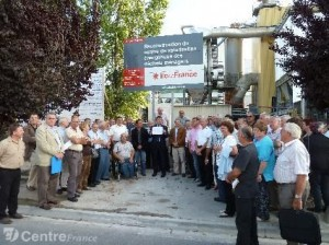 manifestation-des-maires-devant-le-panneau-300x224